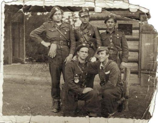OP Wiarusy jesień 1947r. pierwszy z lewej Mściciel, drugi Czarny