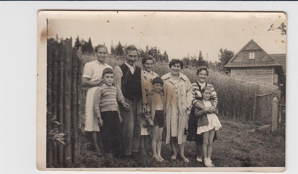 Maria i Sebastian Gacek (stoją od lewej) z synem Tadeuszem, córką Kazimierą i letniczkami z dziećmi