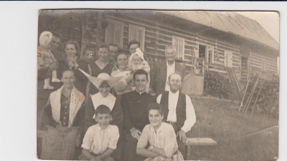 rodzina Wiktorii i Walentego Gacków (siedzą w środkowym rzędzie) z córką Marią i synem Czesławem